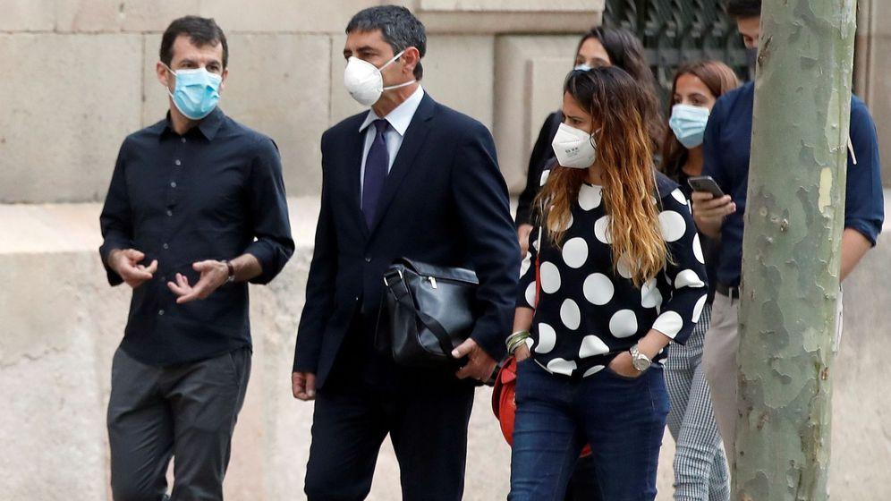 Foto: El mayor de los Mossos Josep Lluís Trapero (2i) a su llegada a la Audiencia de Barcelona, desde donde siguió por vía telemática el juicio. (EFE)