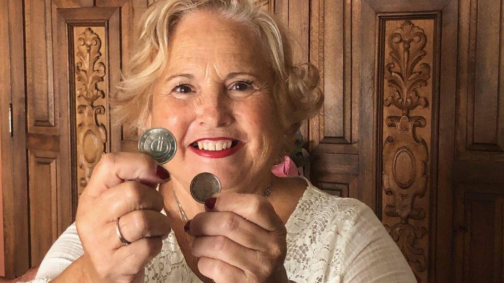 Foto: Rosa Mari Vilches, enseñando una moneda de un euro y otra de dos euros que se acuñaron en 1998 para la prueba de la moneda europea en Churriana (Málaga). (Agustín Rivera)