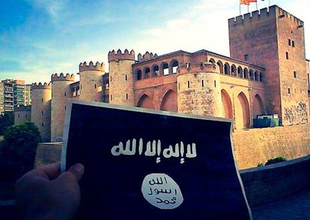 Foto: Fotografía difundida en las redes sociales en la que un individuo muestra una bandera del Estado Islámico frente al Palacio de la Aljafería, en Zaragoza