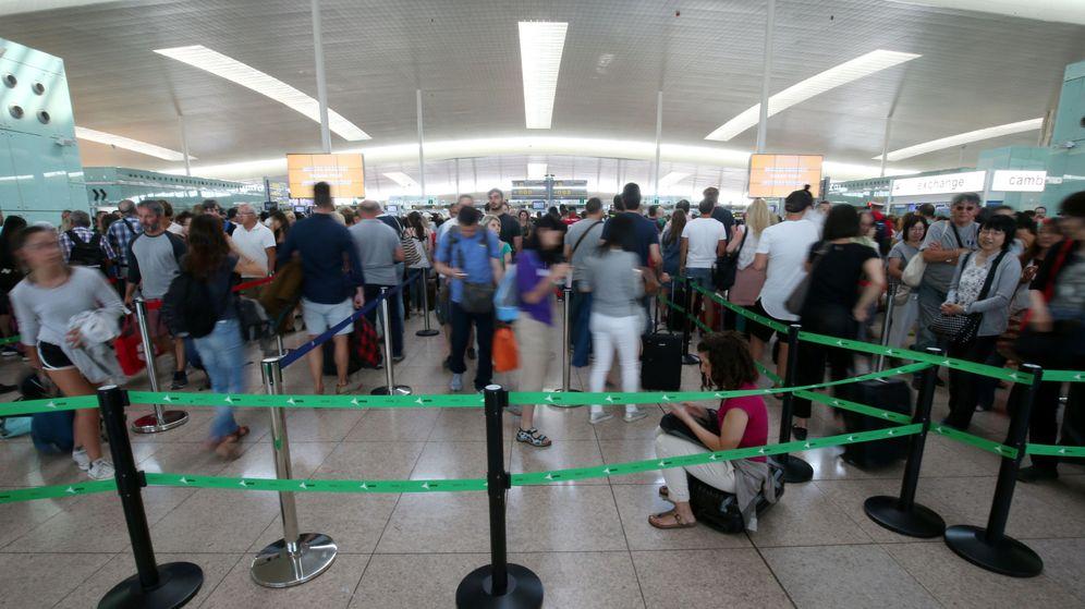 Foto: Huelga de empleados de seguridad en el aeropuerto de El Prat (Barcelona) (EFE)