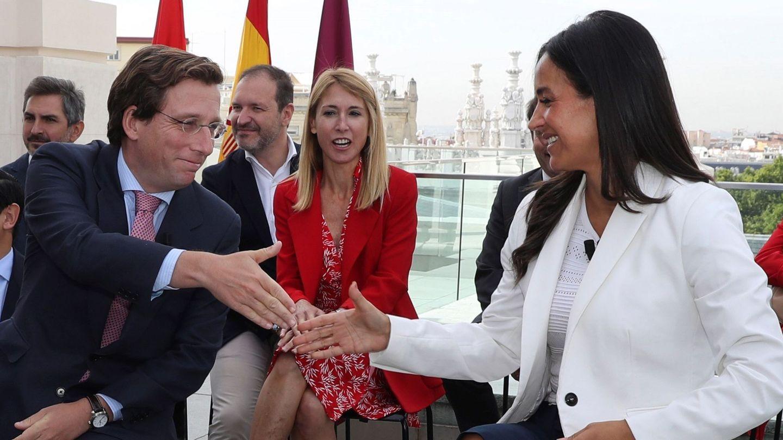 El alcalde de Madrid y la vicealcaldesa, con parte de su equipo de concejales. (EFE)