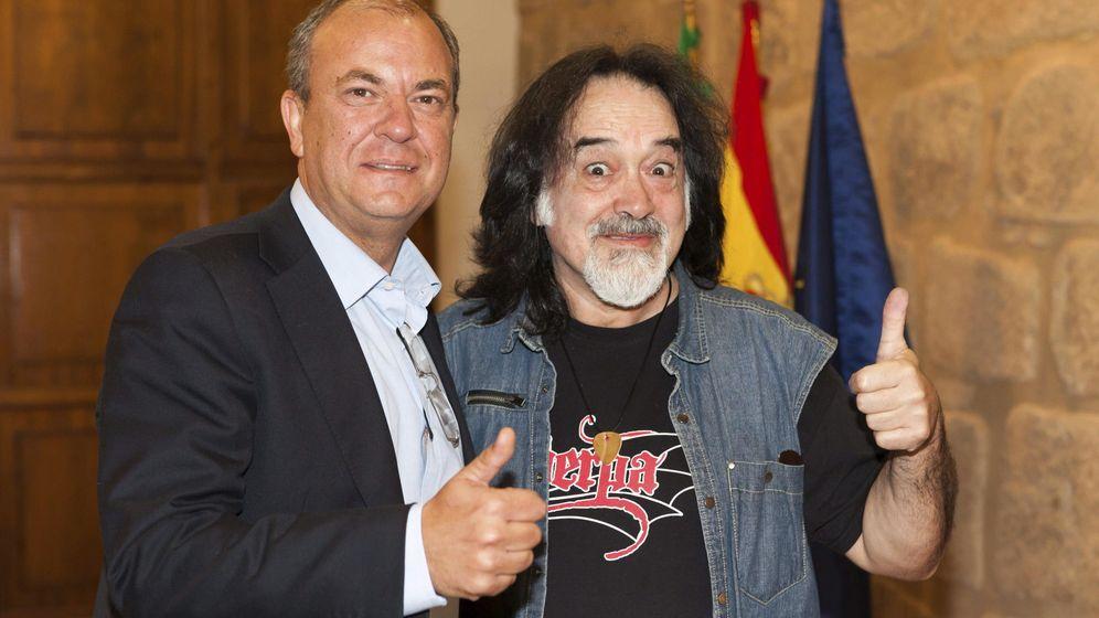 Foto: El expresidente de Extremadura José Antonio Monago posa junto a José Luis Campuzano, 'Sherpa', fundador del grupo de rock Barón Rojo. (EFE)