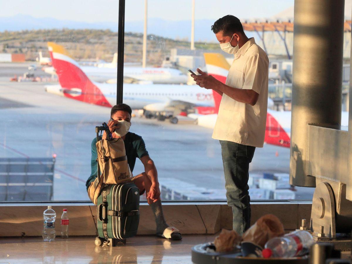 Foto: Gente esperando en un aeropuerto de Aena. (EFE)