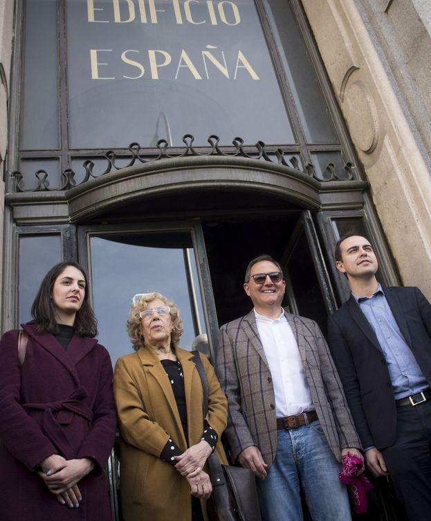 Foto: Trinitario Casanova, entre Manuela Carmena y José Manuel Calvo, en la puerta del Edificio España.
