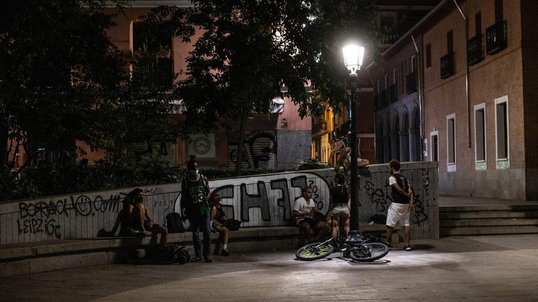 Un grupo de jóvenes se reúne en la plaza del Dos de Mayo este viernes. (Fotografía: Carmen Castellón)