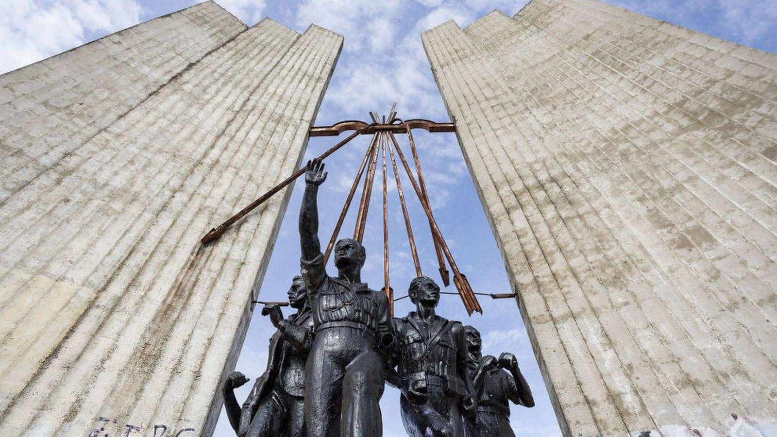 Foto: El monumento a Onésimo Redondo, a las afueras de Valladolid, fue derribado en 2016 (EFE)