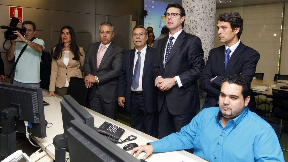 Foto: Enrique Hernández Bento (d) junto al exministro de Industria, José Manuel Soria (izq). (EFE)