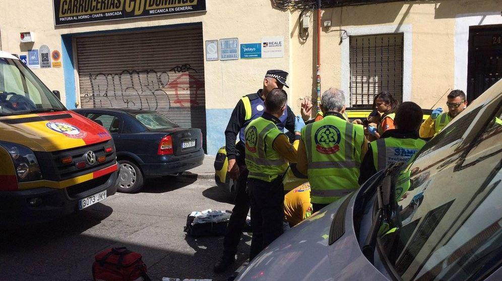 Foto: Asistencia sanitaria en la calle Juan Tornero. (Emergencias Madrid)