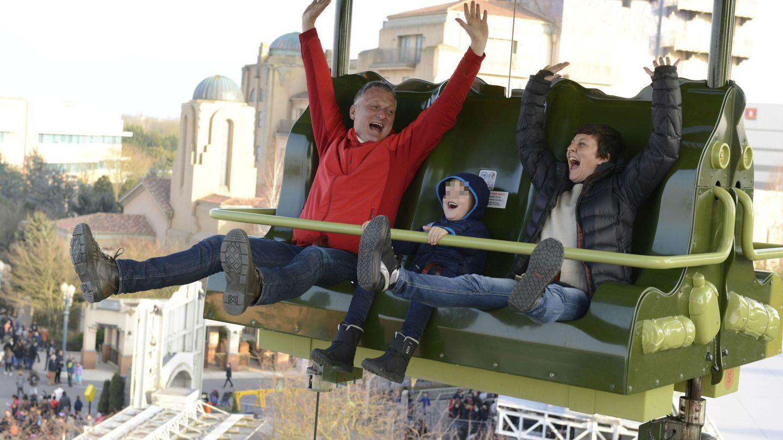 Eva Hache, su marido y su hijo disfrutan de Disneyland Paris.