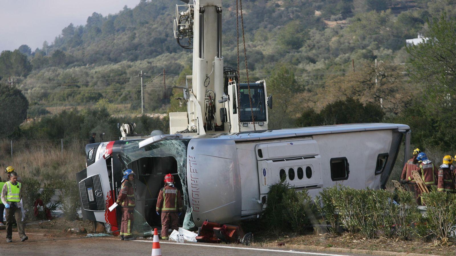 Foto: Imagen del autocar volcado en la AP-7. (EFE)