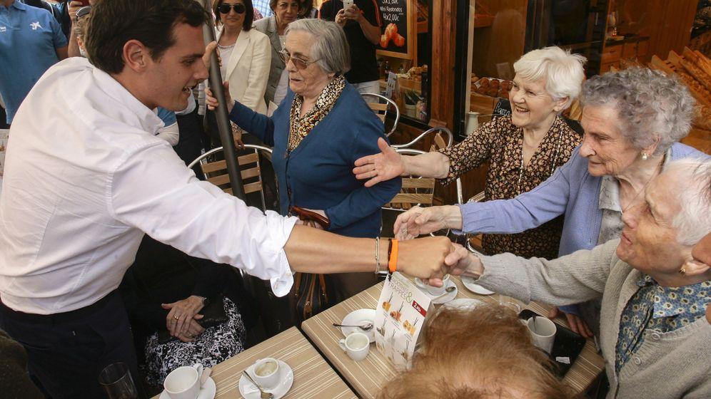 Foto: Albert Rivera le da la mano a Dolores Sánchez, una anciana del asilo que salió a merendar con compañeras para ver al candidato en Guadalajara. (EFE)