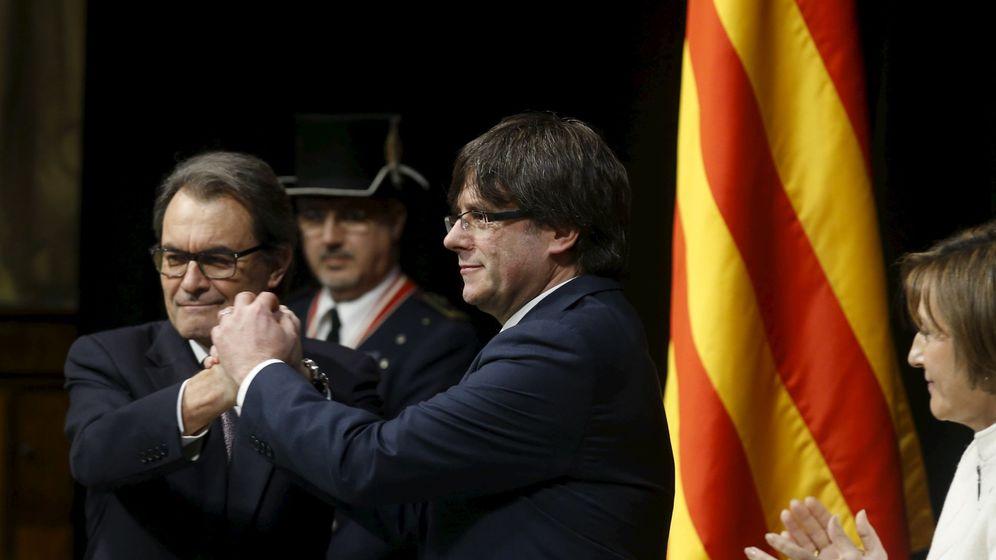 Foto: Carme Forcadell en la toma de posesión de Carles Puigdemont. Junto a ellos, el expresidente de la Generalitat, Artur Mas. (Reuters)