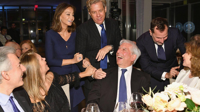 Álvaro Vargas Llosa, Susana Vargas Llosa, Isabel Preysler, Michael Smith, Mario Vargas Llosa, James Costos y Maria Hummer-Tuttle. (Getty)