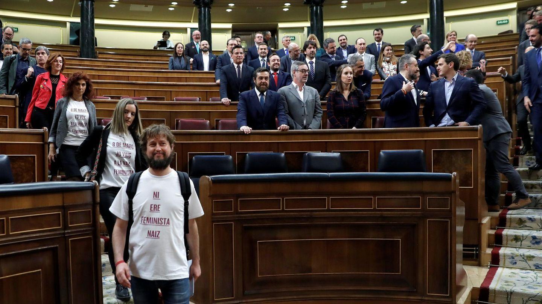 Foto de familia del grupo parlamentario de Cs mientras otros diputados bajan de sus escaños. (EFE)
