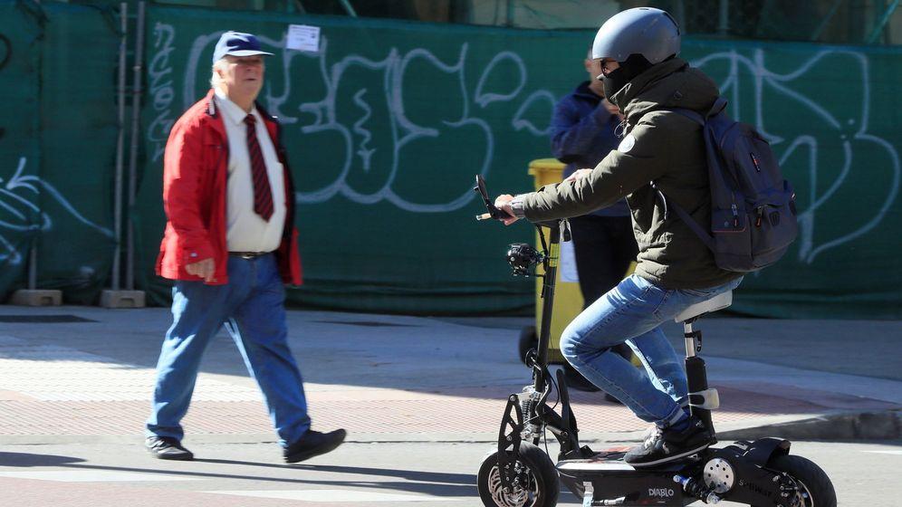 Foto: Un usuario de patinete eléctrico por Madrid. (EFE)