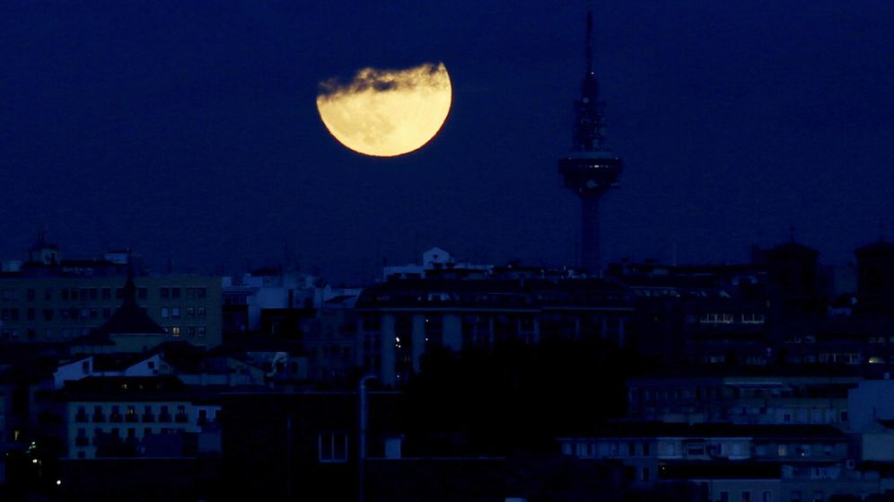 Foto: Imagen nocturna de Madrid con la sede de RTVE y Torrespaña, al fondo. (EFE)