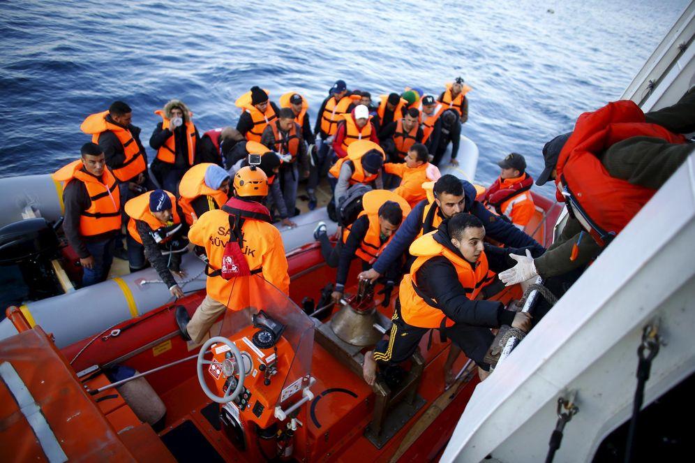 Foto: Refugiados e inmigrantes suben a una embarcación de la Guardia Costera turca, en las costas de Canakkale, el 9 de noviembre de 2015 (Reuters).
