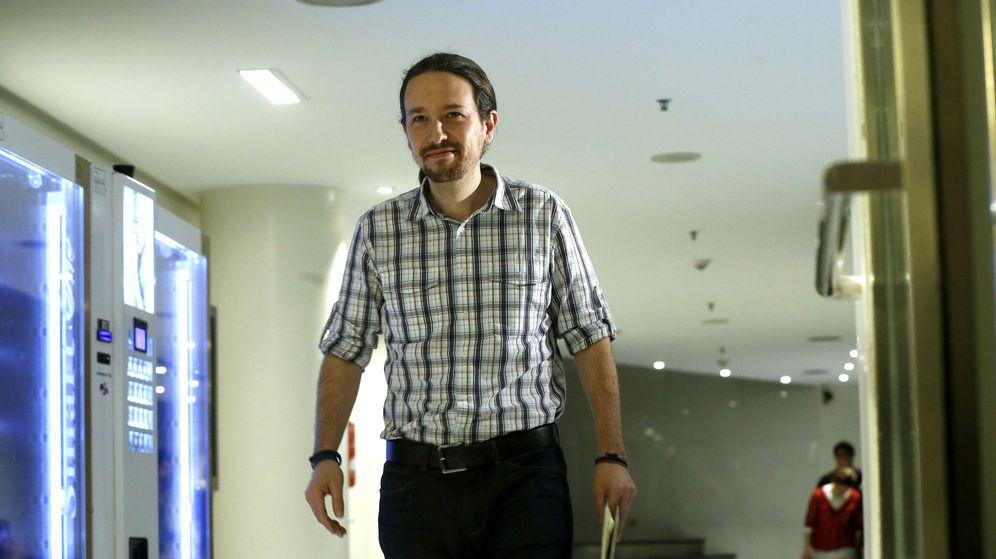 Foto: El líder de Podemos, Pablo Iglesias, tras reunirse con los portavoces parlamentarios de ERC y DiL. (EFE)