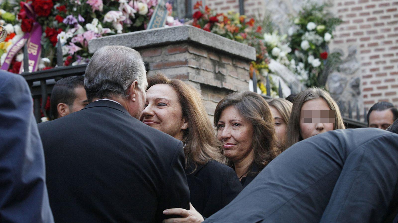 Foto: Cristina y Marta, hijas de Isidoro Álvarez, durante el funeral por la muerte de su padre.