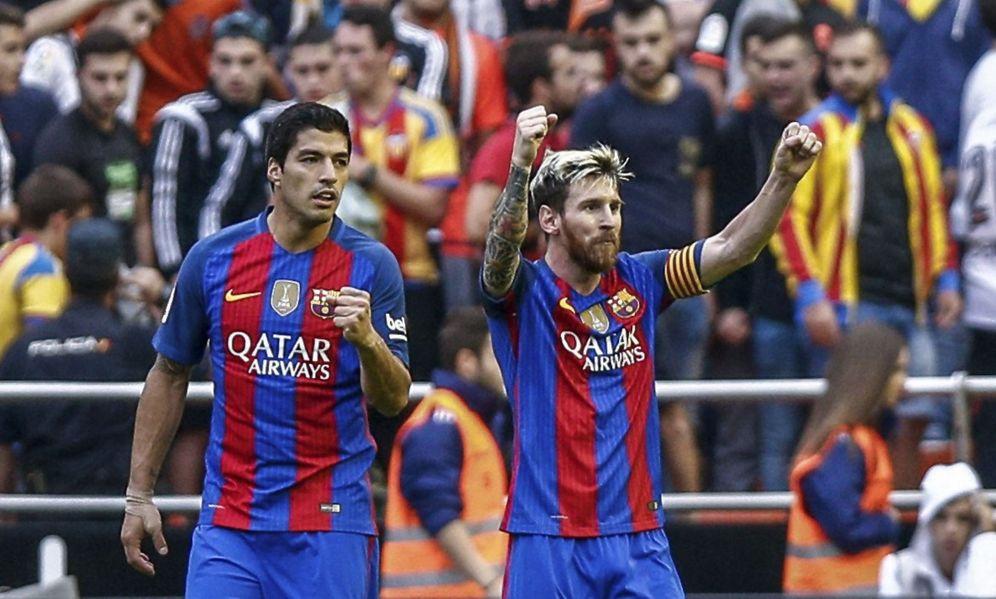 Foto: Messi y Luis Suárez, durante el Valencia-Barcelona de la pasada temporada. (EFE)