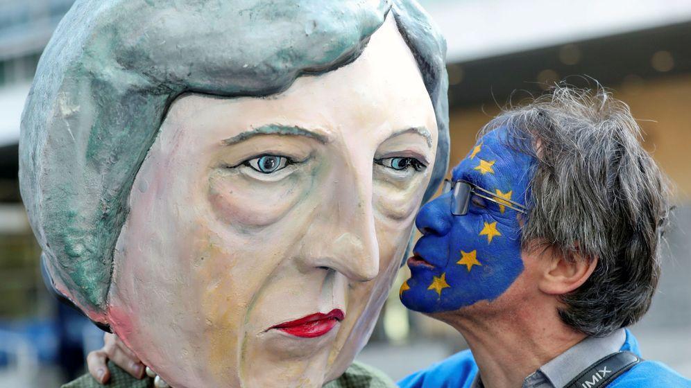 Foto: Un ciudadano anti-Brexit protesta con una figura de la primera ministra, Theresa May. (Reuters)