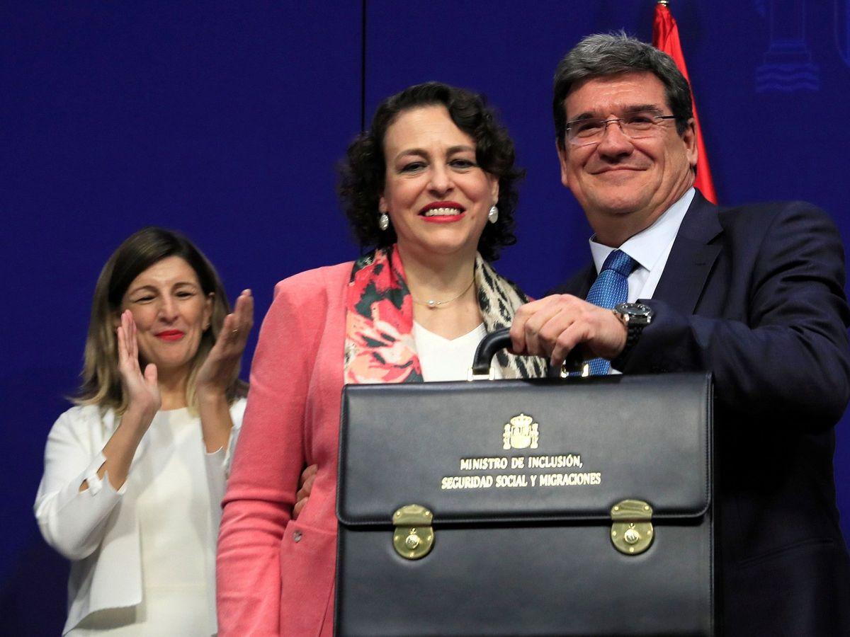 Foto: José Luis Escrivá recoge su cartera de manos de Magdalena Valerio en presencia de Yolanda Díaz. (EFE)