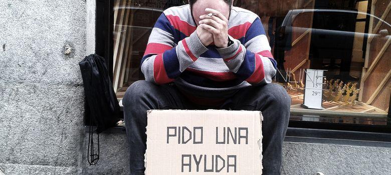 Foto: Tomás, 34 años, estudia la ESO y pide en Madrid, en la calle. (Fotos: Ana Goñi)