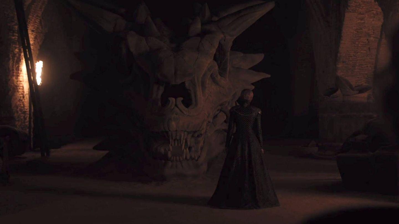 Cersei ante el cráneo de Balerion en el segundo episodio de la séptima temporada de 'Juego de tronos'.