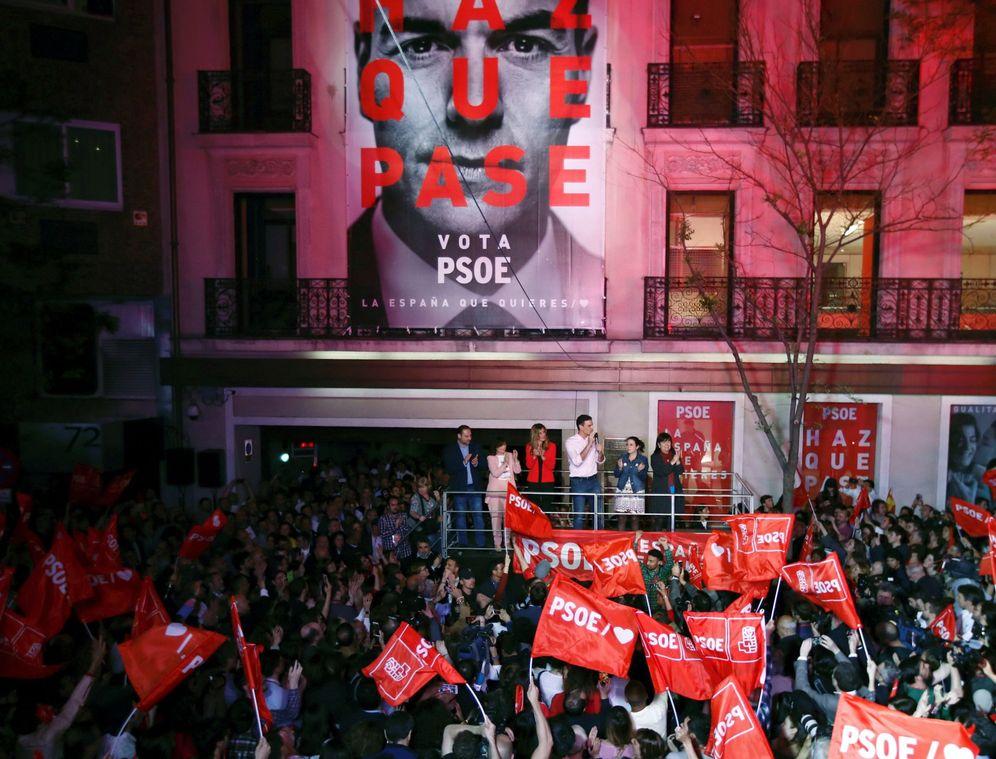 Foto: Pedro Sánchez y su equipo celebran en Ferraz la victoria del 28-A. (EFE)