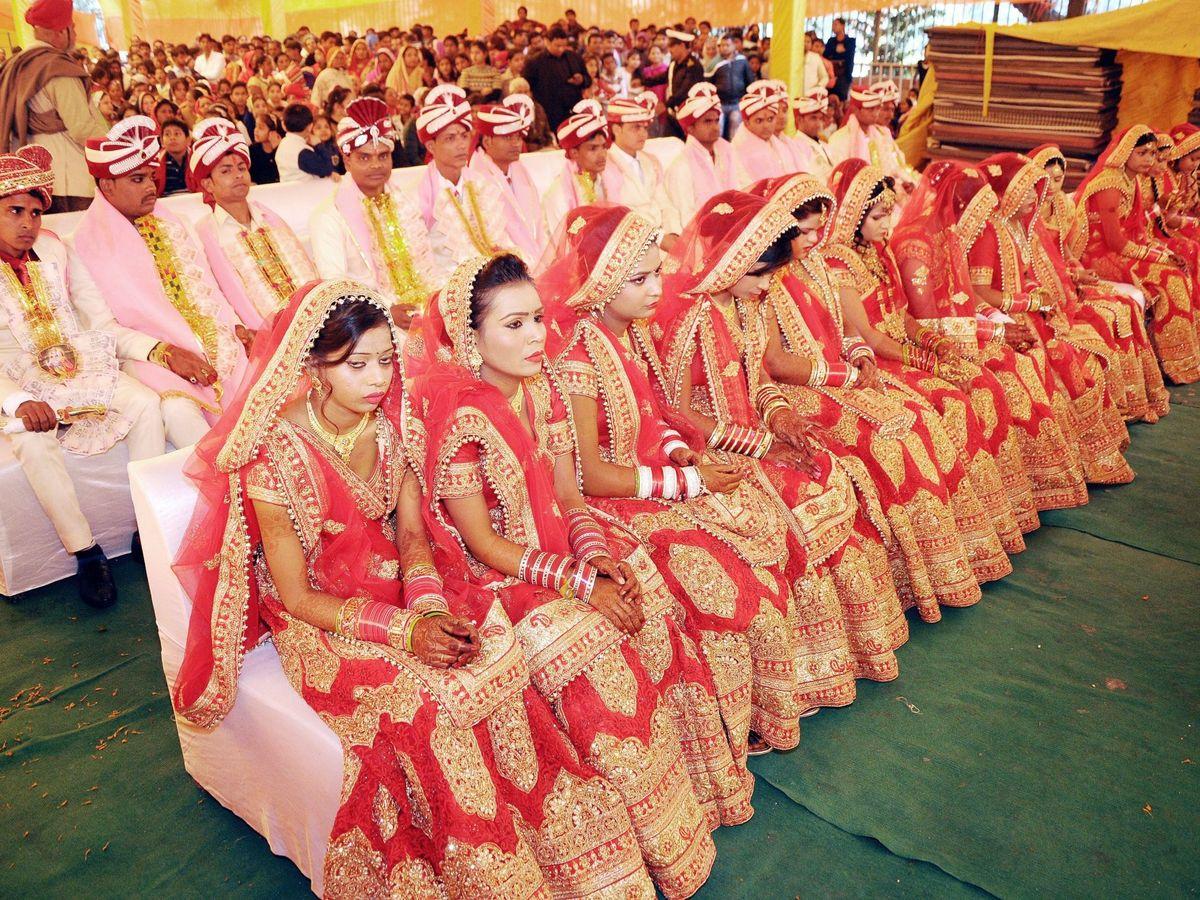 Foto: Una boda multitudinaria en Nueva Delhi. Muchos de estos compromisos son concertados. (EFE)