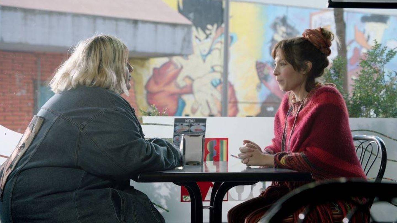 Gisela, de la primera edición de Operación Triunfo, tiene un papel como cita de Tinder de Esty.
