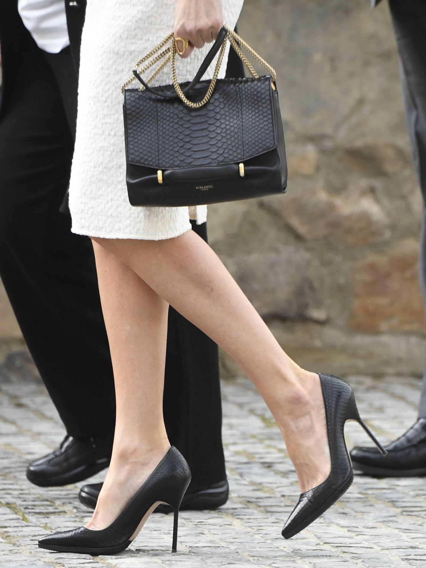 Detalle del bolso y los zapatos de la Reina. (LP)