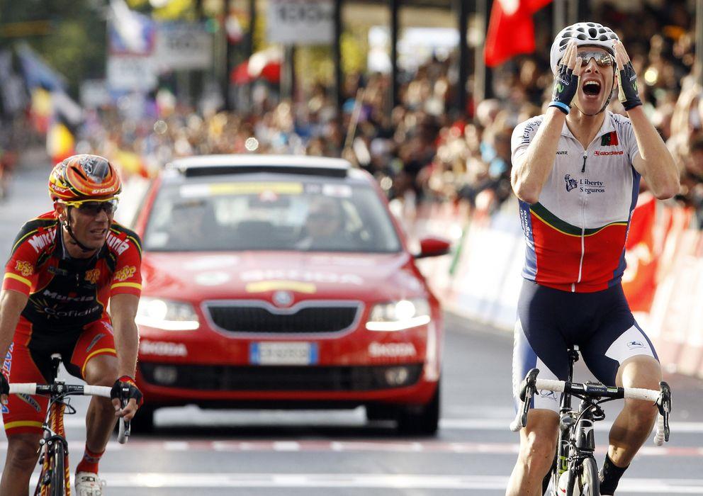 Foto: Momento en el que Rui Costa gana el título ante la mirada de 'Purito' Rodríguez.