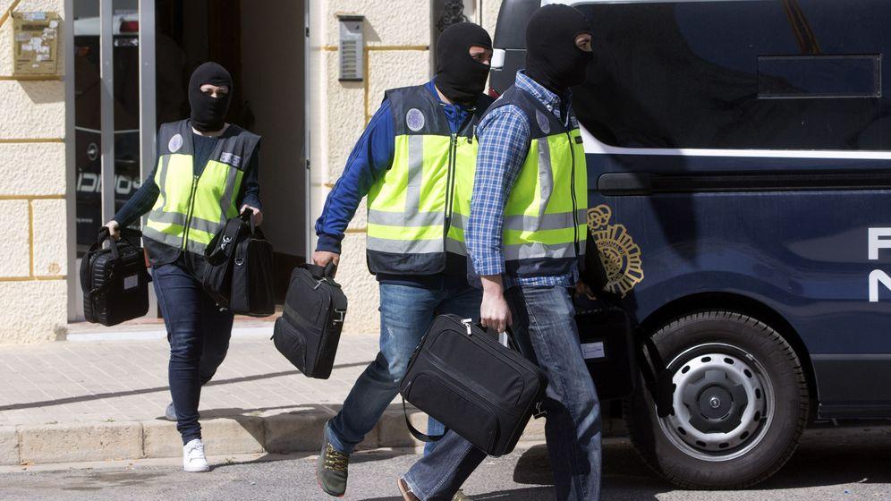 Foto: Imagen de archivo de agentes de la Policía Nacional llevando a cabo una operación en Valencia. (EFE)