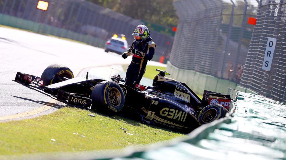 Foto: Pastor Maldonado accidentado en la primera curva en Australia (Efe)