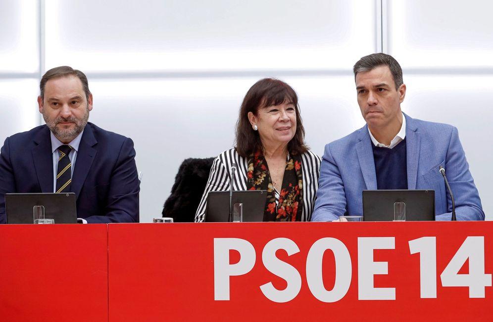 Foto: Pedro Sánchez, con Cristina Narbona y José Luis Ábalos, este 27 de enero en la reunión de la ejecutiva en Ferraz. (EFE)
