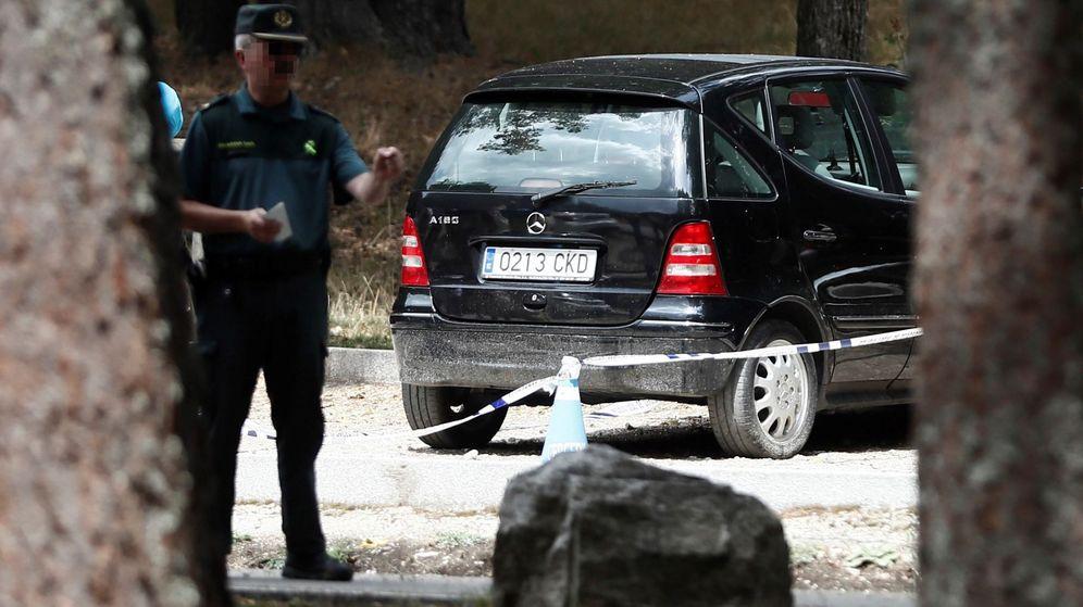 Foto: El coche de Blanca Fernández Ochoa, en el aparcamiento a las afueras de Cercedilla. (EFE)