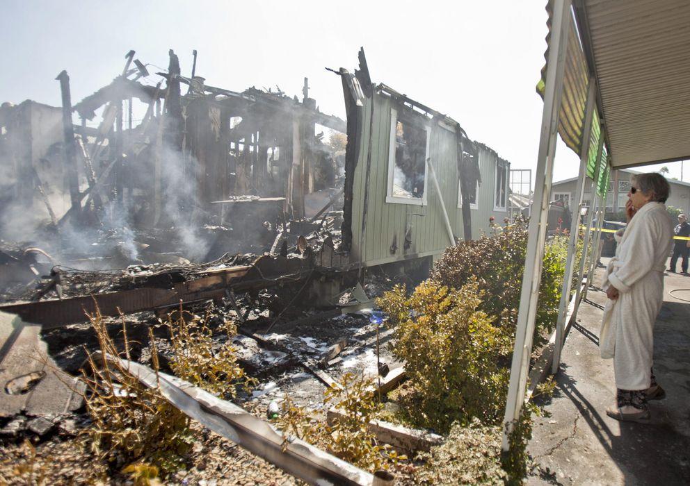 Foto: Nola Rawlins observa su casa después de haber sido destruída por el seísmo. (Efe)