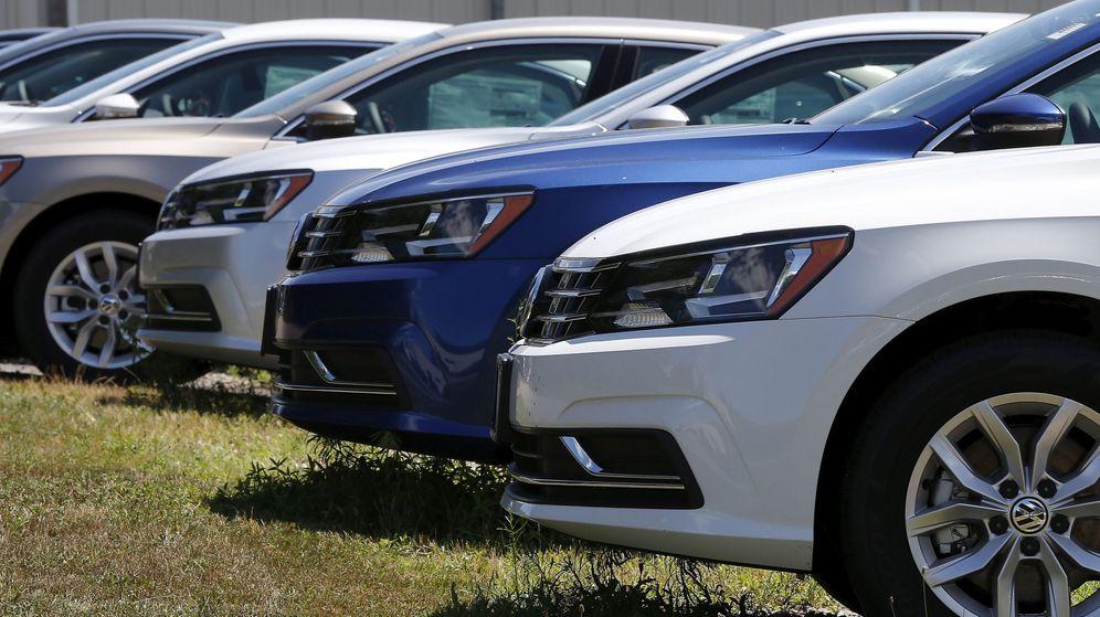 Foto: Varios coches aparcados en un concesionario (EFE)
