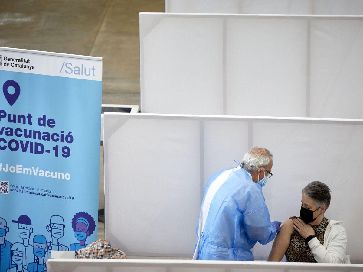 Foto: El departamento de salud abre el palacio de fires como centro de vacunación. (EFE)