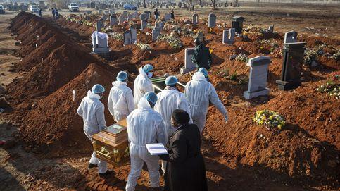 Indonesia obliga a varios negacionistas antimascarillas a cavar tumbas