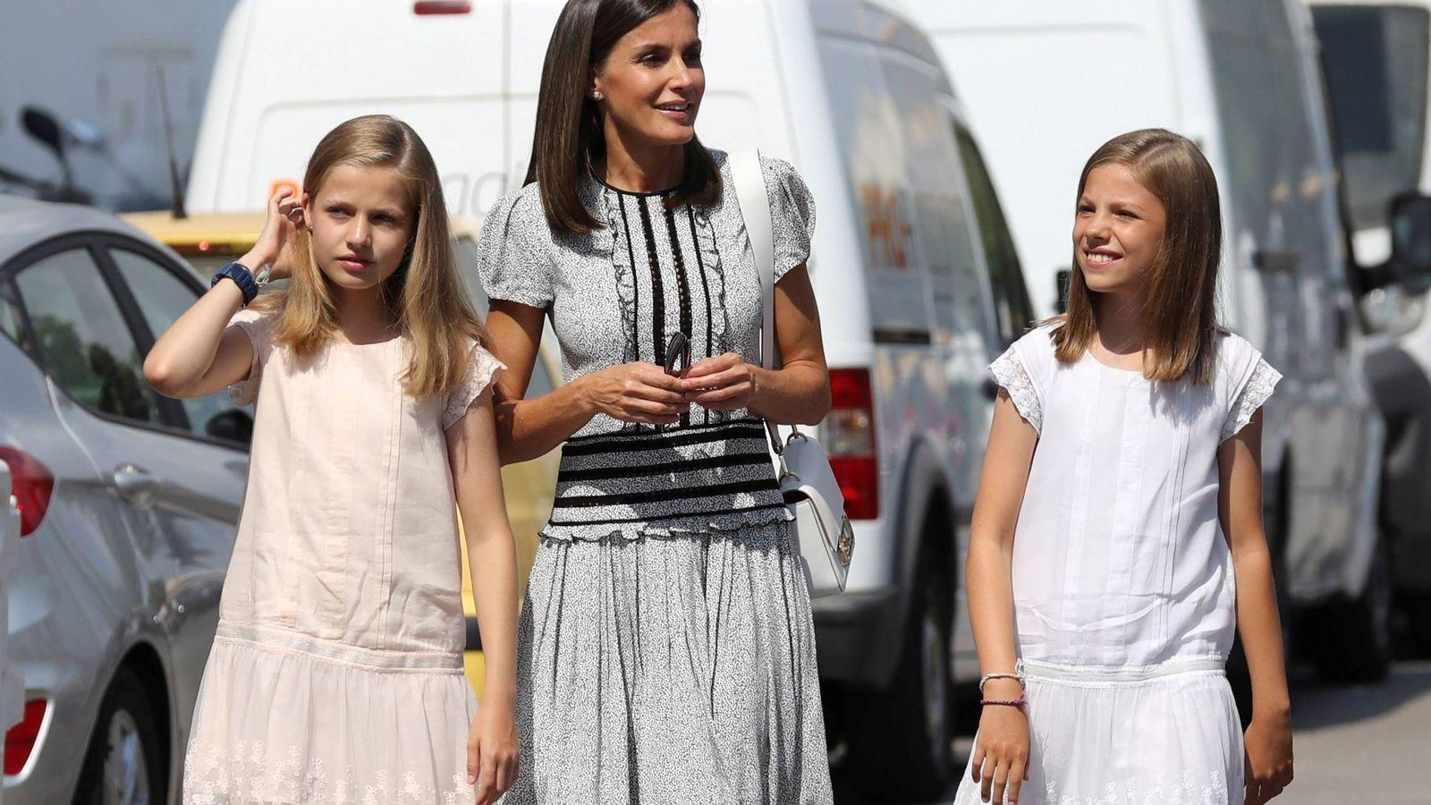 Foto: Letizia, a su llegada  con sus hijas. (EFE)