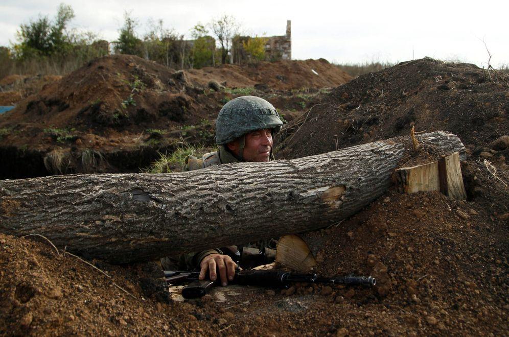 Foto: Un combatiente de la autoproclamada República Popular de Donetsk en la línea del frente en Petrivske, Ucrania. (Reuters)