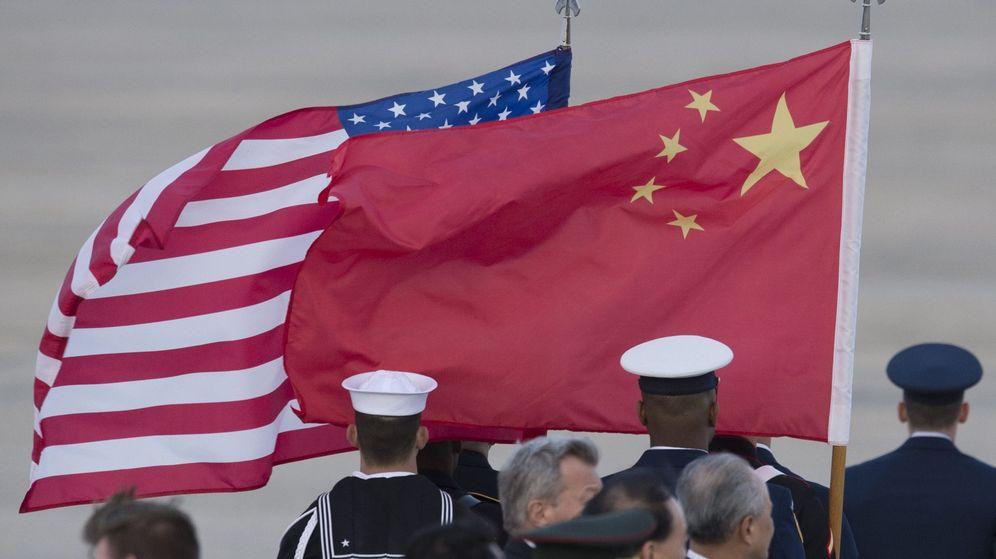 Foto: Fotografía donde se ven las banderas de EEUU y China. (EFE)