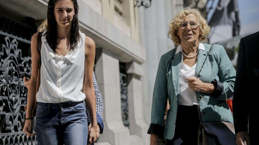 Foto: La alcaldesa de Madrid, Manuela Carmena, acompañada por la portavoz municipal, Rita Maestre. (EFE)