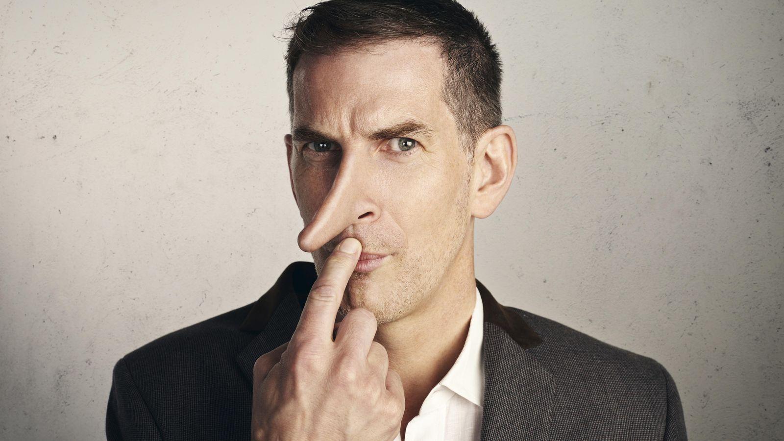 Foto: Deja de analizar sus gestos y atiende a lo que te responde para saber si te está metiendo una buena trola. (Corbis)