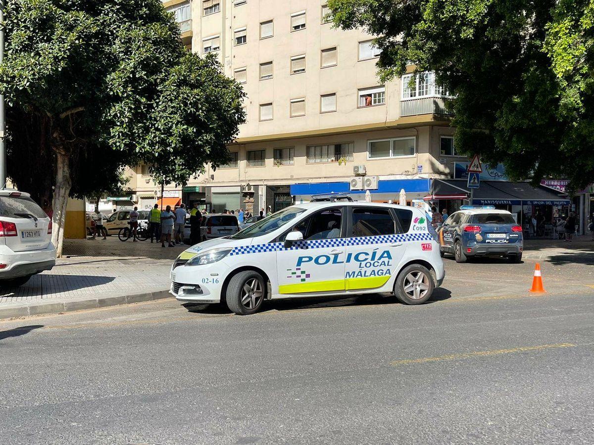 Foto: Coche de Policía en el lugar donde se han producido los hechos. (El Confidencial)