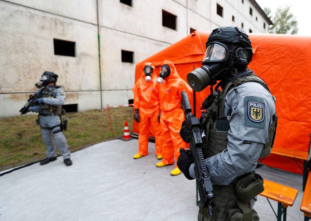 Foto: Efectivos de la Policía Federal alemana durante el ensayo de un ataque terrorista químico en Berlín. (Reuters)