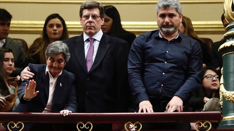 El PSOE protesta en el Congreso por la presencia de los padres de niños asesinados