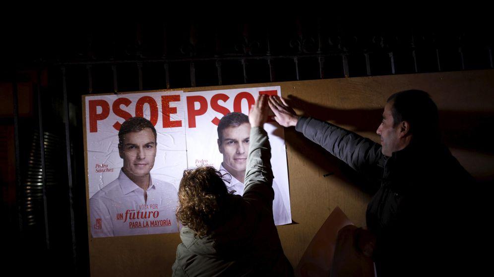 Foto: Pegada de carteles del PSOE en el pistoletazo de salida de la campaña electoral del 20-D. (Reuters)